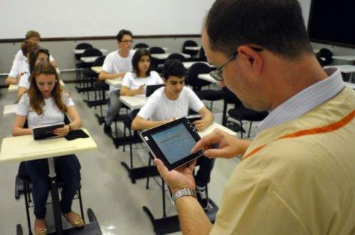 Professor do Colégio Positivo seleciona simuladores de Física no seu tablet: novas possibilidades de ensino com o uso da tecnologia em sala de aula